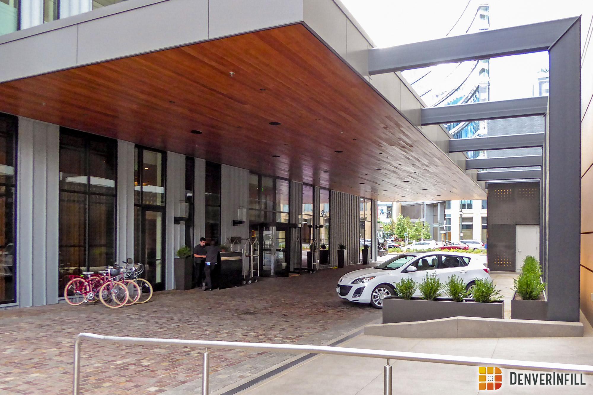 Hotel Born pedestrian access via the porte cochère